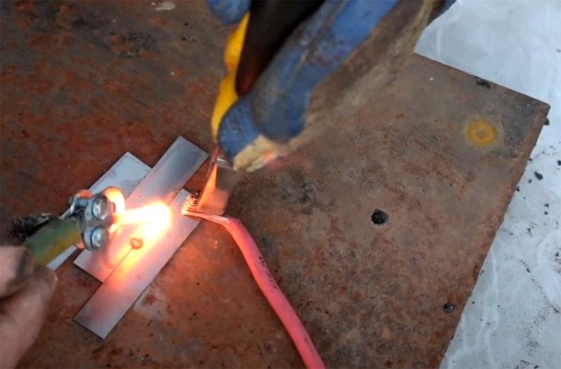 Раскалённый электрод плавит металл, сваривая его в месте разогрева