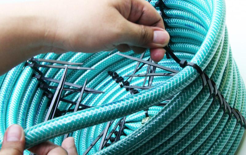 Плести корзины из старых шлангов при помощи кабельных стяжек довольно просто