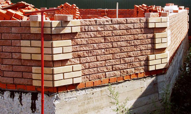 Кладка кирпича – процесс трудоёмкий, но и здесь многое зависит от толщины стены