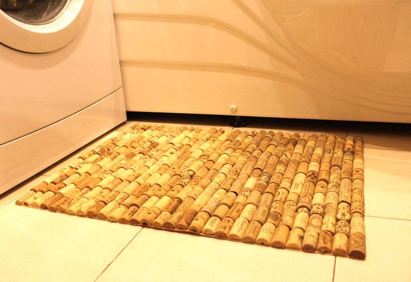 Чтобы получился стильный и красивый коврик, подберите пробки так, чтобы они подходили по размеру, и разместите их вертикально