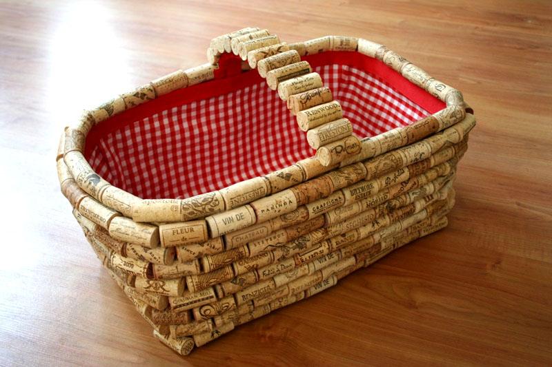 Чтобы корзинка выглядела красиво, застелите её изнутри салфеткой, подходящей по размеру