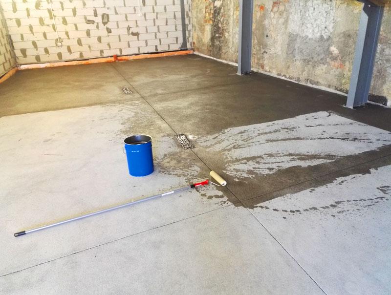 Грунтовка, как при обычных отделочных работах, предотвратит появление пыли на бетонном полу