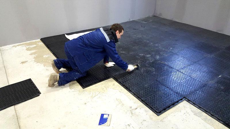 Резина — современный, но дорогой вариант напольного покрытия на бетонное основание в гараже