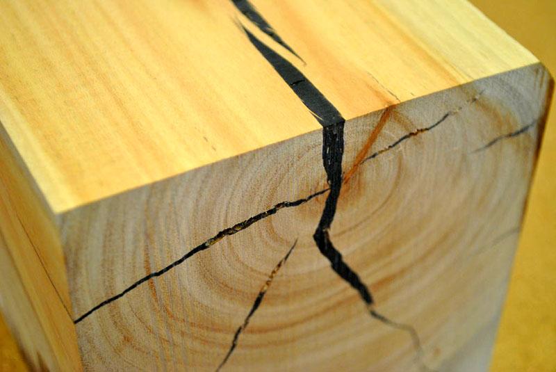 Эпоксидная смола — один из надёжных способов заделать трещины в бревне