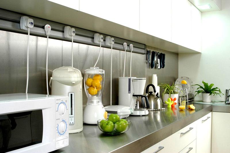 Каждый прибор на кухне должен иметь свою розетку