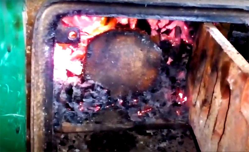 Использовать это чудо технической мысли очень просто: укладываете его между горящих дров так, чтобы отверстия для пара были строго наверху, и закрываете топку