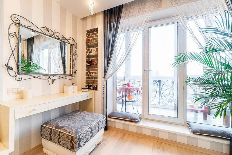 В спальне над туалетным столиком повесили дизайнерское зеркало в ажурной кованой раме
