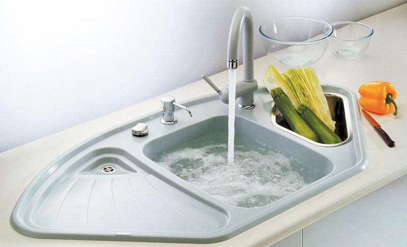 А чтобы процесс мытья раковины был быстрее, можно закрыть сливное отверстие, наполнить раковину горячей водой и добавить средство для мытья посуды
