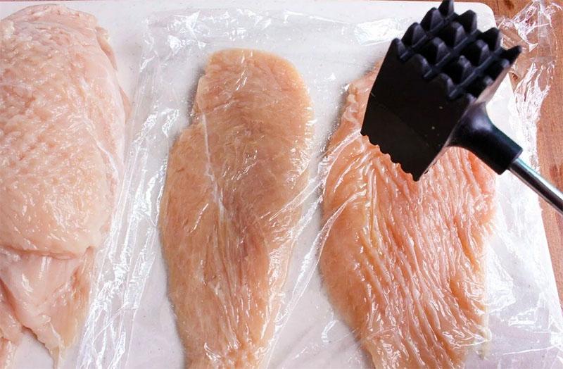 Если вы собираетесь делать отбивные – пакет тоже в помощь. Положите кусок мяса в пластик и отбивайте. И доска чистая, и ошмётки по столу не полетят