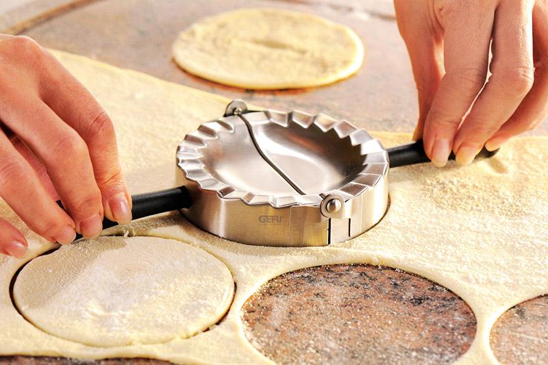 Этот прибор поможет легко и быстро нарезать из пласта теста идеальные кружки и слепить их в такие же нарядные вареники