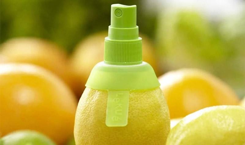 Это небольшое устройство, которое буквально помещается в цельный лимон и превращает его в спрей, брызгающий свежевыжатым соком