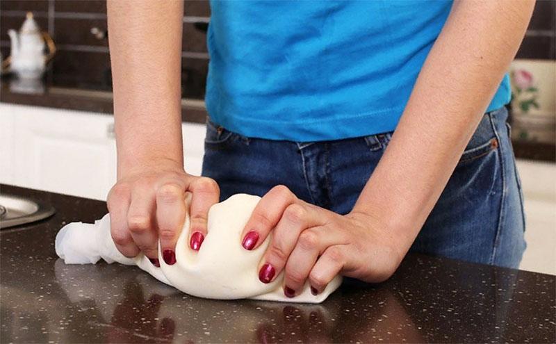 Это на самом деле очень просто – в мешочек добавляются все необходимые ингредиенты, и потом вы просто подсыпаете муку для получения нужной консистенции. Руки чистые, а для замешивания можно использовать любую поверхность без риска её испачкать