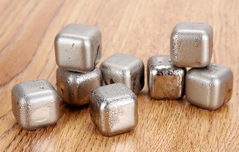 Это кубики из обычной нержавейки. Они быстро остывают в морозилке, а потом долго отдают холод напитку. И что чудесно – их можно использовать снова и снова