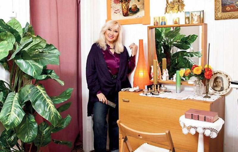 Вместо межкомнатной двери Ирина Мирошниченко повесила плотные шторы в виде театрального занавеса