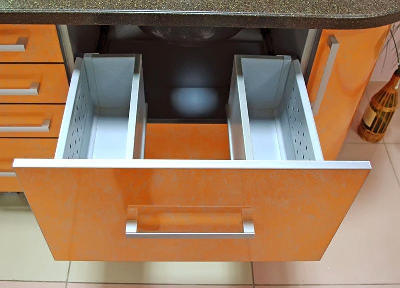 Вот интересная идея для воплощения: у этого выдвижного ящика центральная часть отсутствует, и в этом пространстве как раз помещаются трубы канализации и водопровода