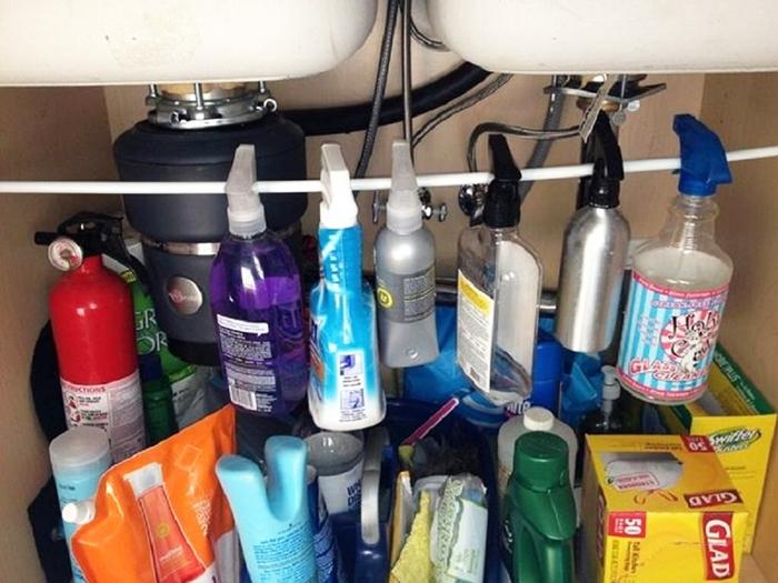 На рейлинге можно хранить флаконы с химией или подвесить на них корзинки для разных мелочей