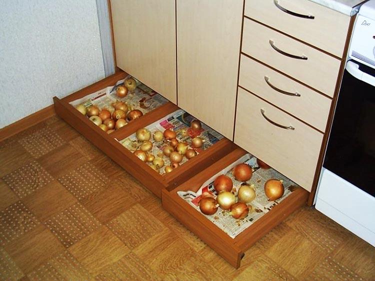 Вот так можно с помощью обычных плоских выдвижных ящиков найти много места для хранения, в том числе под раковиной