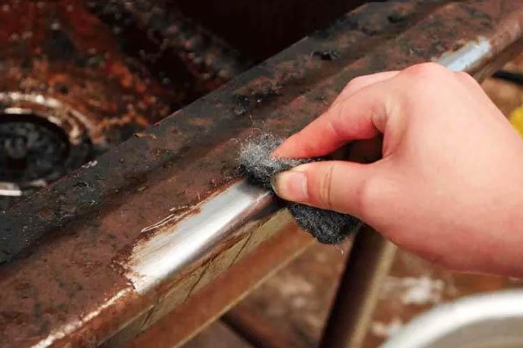 Как вариант можно использовать металлическую абразивную губку