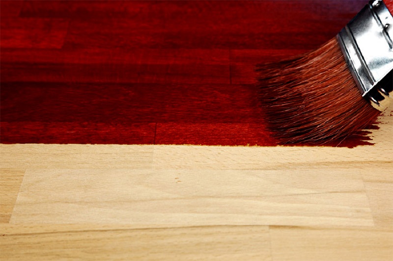 Такая краска очень легко наносится на дерево, при высыхании становится матовой и держится на поверхности очень долго. Перед нанесением древесина не должна прокрашиваться ничем другим, состав наносится только на чистую поверхность, и в этом случае он отлично держится не менее 10 лет