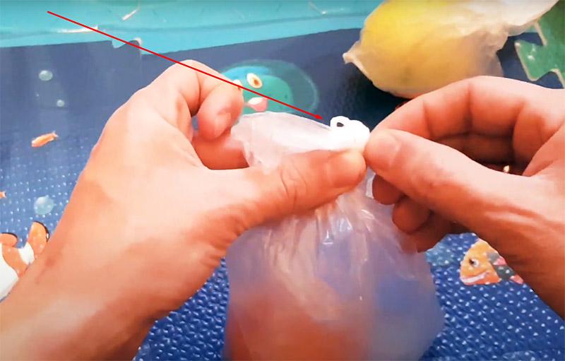 Не разворачивая жгут, начните проталкивать его в узел. Сжатый скручиванием полиэтилен легко пройдёт в лабиринт узла, и вы сможете развязать его