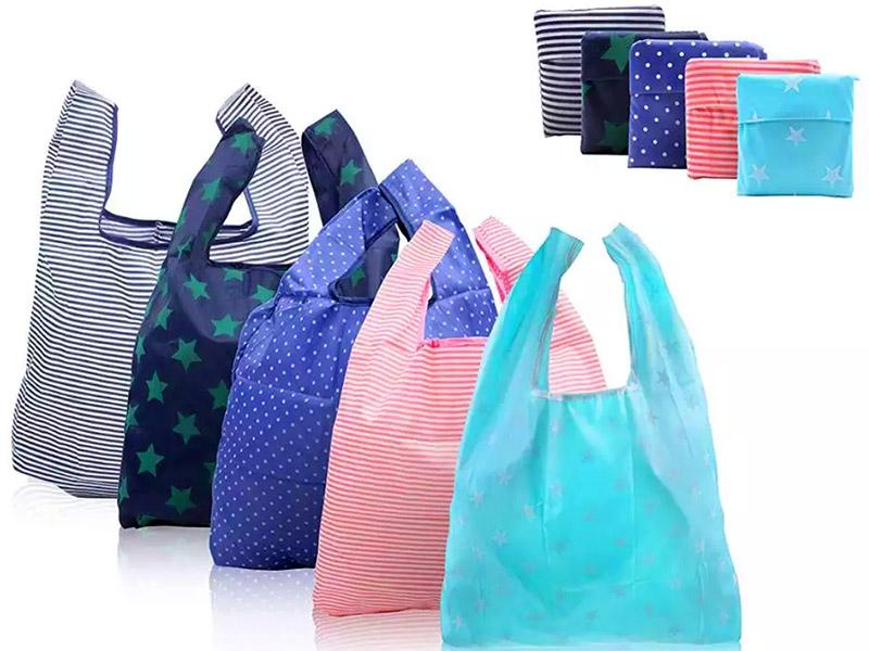 Вы без труда найдёте в продаже компактные симпатичные сумочки, выполненные из тонкой и прочной ткани, которые сворачиваются в крошечную упаковку и почти не занимают места в портфеле, бардачке машины или даже кармане куртки