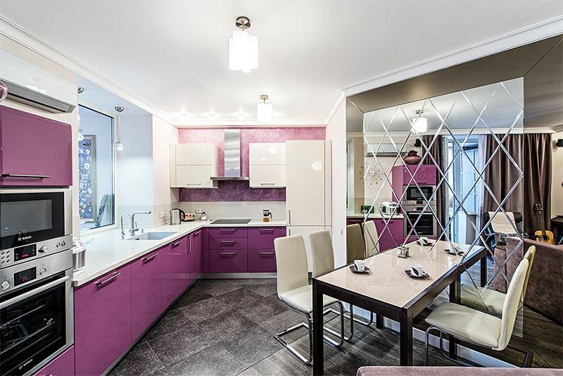 Стену между гостиной и кухней демонтировали, новую перегородку из зеркального полотна с лазерной гравировкой установили со смещением