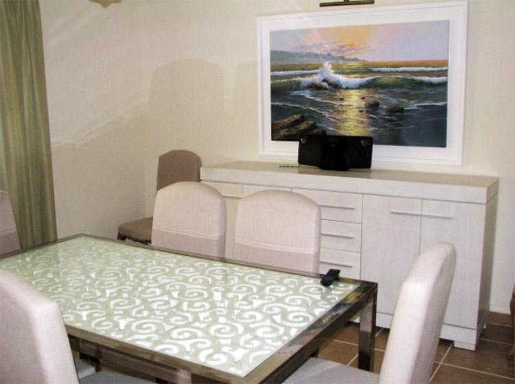По традиции столовую украшает живопись в белоснежной раме