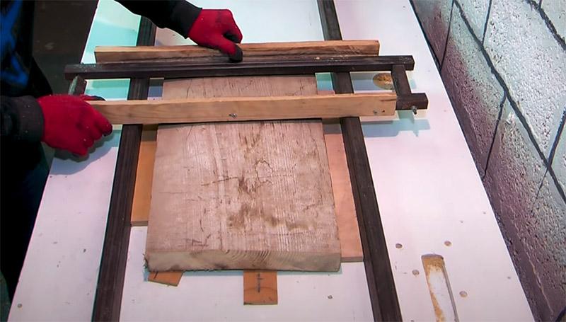 Сверху на рельсы укладывается каретка, которую также несложно изготовить самостоятельно