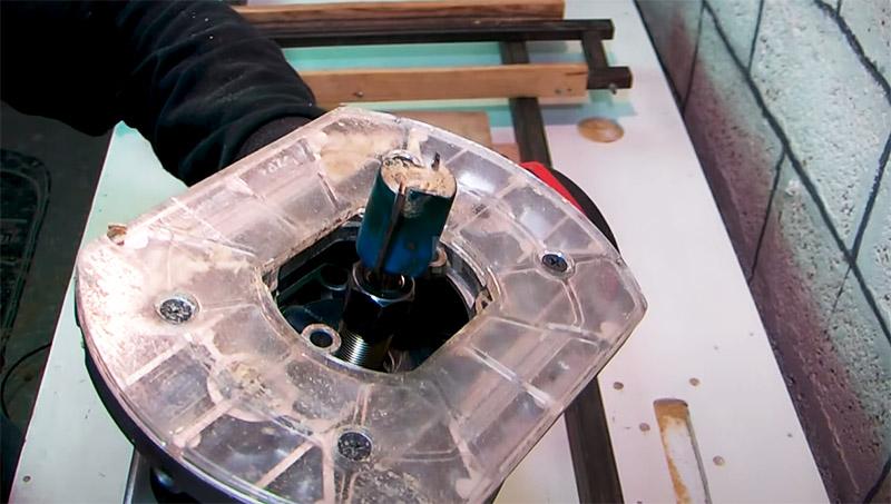 На электроинструмент устанавливается прямая пазовая фреза, которой и предстоит работать