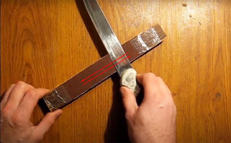 Теперь, не прилагая большого усилия, нужно совершать движения лезвием вперёд-назад, стараясь держать нож очень ровно, не наклоняя и не отрывая его от поверхности абразива