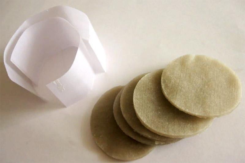 Парафин застывает почти мгновенно, изделие можно положить остывать на пекарскую бумагу