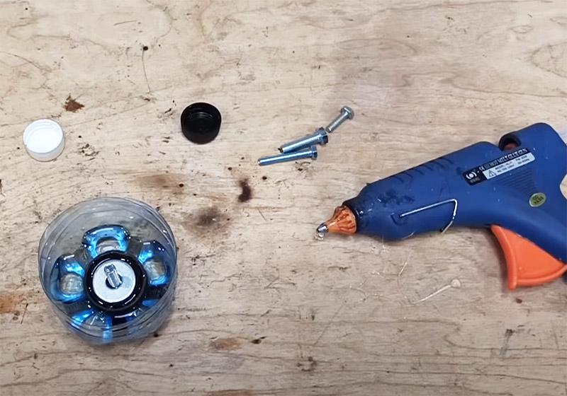 Последний штрих – прямо на горячий клей нужно поместить металлическую шайбу подходящего размера. Она придаст дополнительную прочность всей конструкции