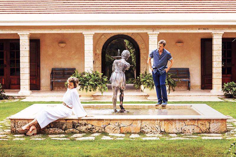 Во внутреннем дворике построили небольшой бассейн со скульптурой и фонтаном