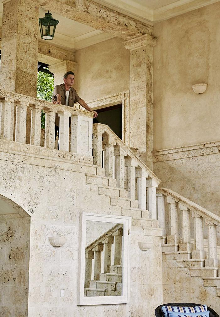На второй этаж ведёт массивная каменная лестница