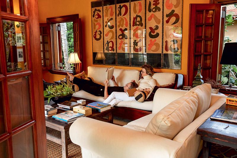 Над диваном повесили оригинальное панно с китайскими иероглифами