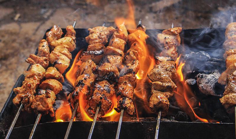 Пламя может за минуту превратить сочное мясо в угольки