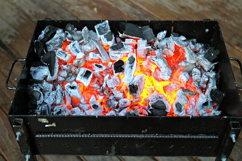 Угля не должно быть слишком много, иначе мясо попросту сгорит