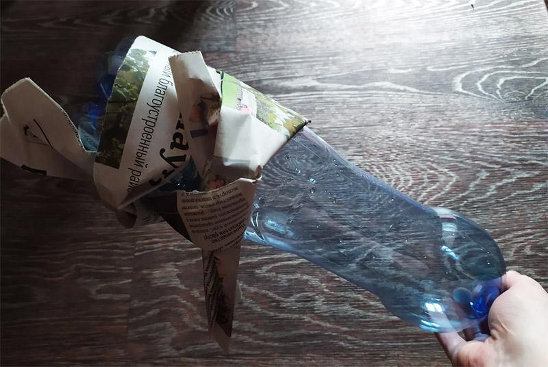 Вот что должно получиться из газетных трубочек на пластиковой бутылке