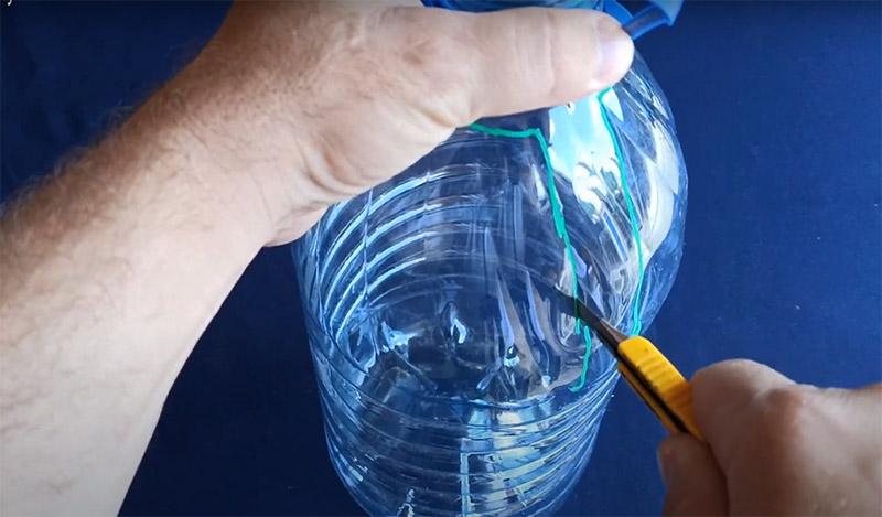 Тонкий пластик легко режется канцелярским ножом