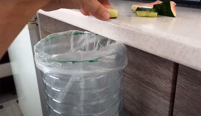 Такое миниатюрное мусорное ведро пригодится на кухонном столе во время готовки – вы можете легко смести обрезки, не открывая шкафчик с большим ведром. Неплохо использовать такую мини-мусорку, например, при шитье и рукоделии, чтобы обрезки ниток или других материалов не мешали работе