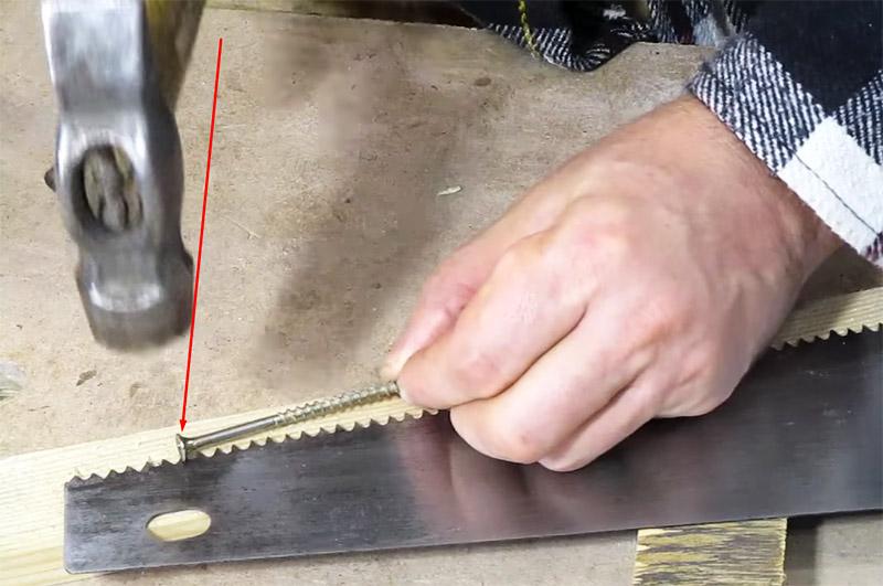 Полотно укладывается на планку, а затем вы прикладываете шляпку ребром к зубу и бьёте по нему молотком. Так – через один зуб. Потом полотно разворачивается другой плоскостью и правятся соответственно другие зубья