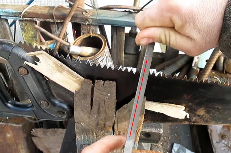 Заточку производят на зубьях, которые обращены кромками к вам, а движение напильника следует направлять от себя . Достаточно двух-трёх проходов для заточки грани. А чтобы заточка была равномерной, количество проходов на каждом зубе должно быть одинаковым