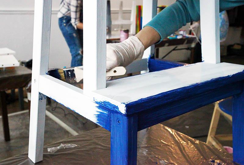 Выбирая яркие насыщенные оттенки, постарайтесь как можно лучше подготовить древесину к нанесению краски, чтобы не были заметны все дефекты и неровности