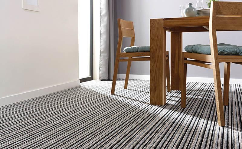 Не выбирайте для кухни светлое ковровое покрытие. Даже если вы уверены в том, что будете регулярно его чистить, через некоторое время сами не заметите, как появятся очень большие тёмные пятна, которые практически невозможно будет вывести