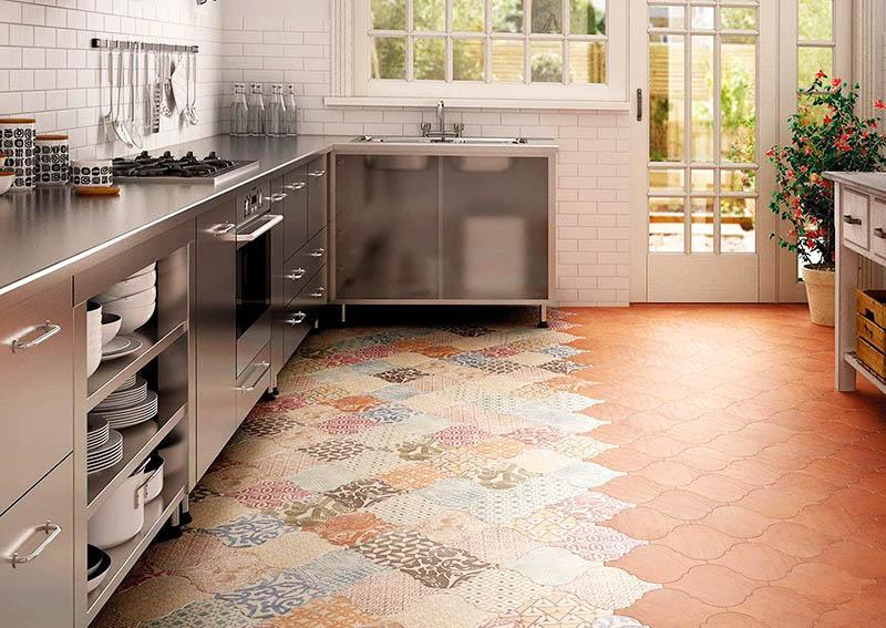 Даже бюджетную плитку можно уложить очень красиво и необычно. Экспериментируйте с формами и цветами, выбирайте шестиугольную плитку или обычную квадратную, но выкладывайте рисунок «шахматкой»