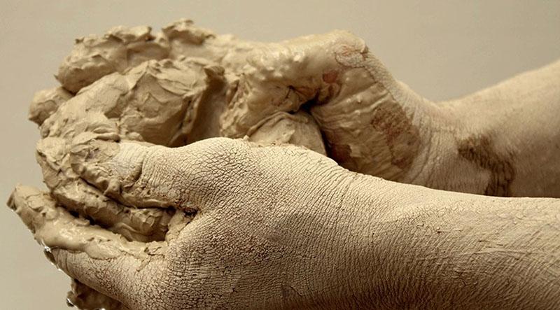 Раствор с глиной медленнее садится, влага в нем связывается глиной, и при наружной штукатурке такой состав не даёт пересыхать поверхности, так как глина притягивает атмосферную влагу