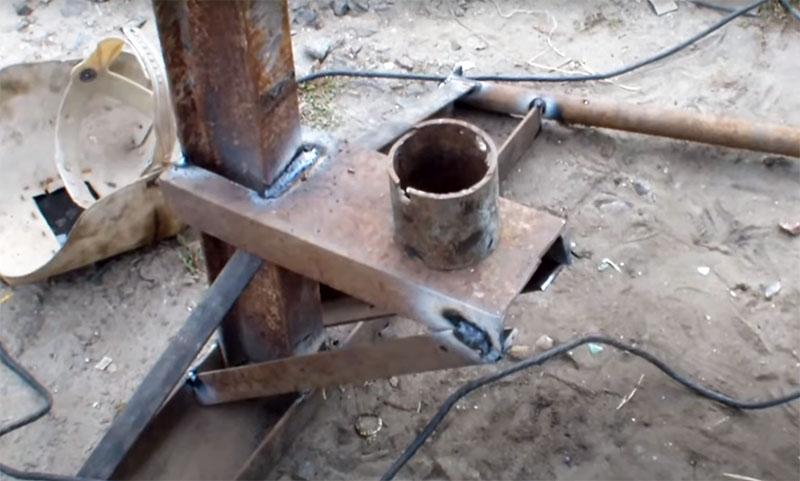 Чтобы пружина не соскакивала, на площадке размещается кусок трубы, который будет фиксатором. Диаметр трубы должен соответствовать внутреннему диаметру пружины