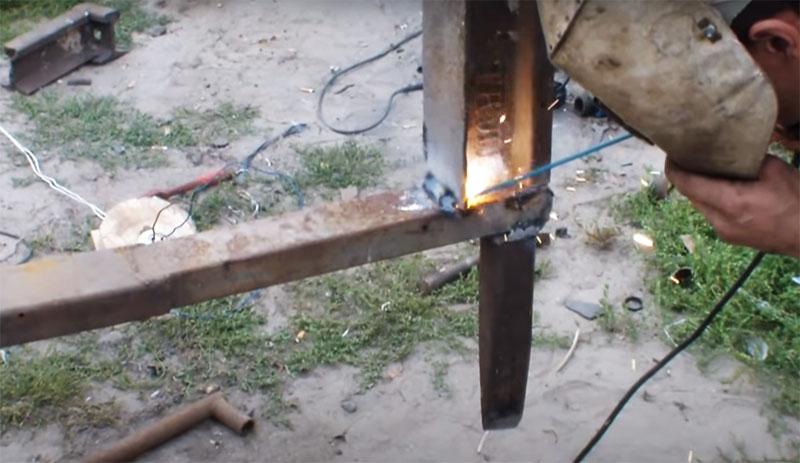 Для утяжеления колуна и уменьшения усилия при работе непосредственно над колуном он приварил утяжелитель – кусок того же швеллера