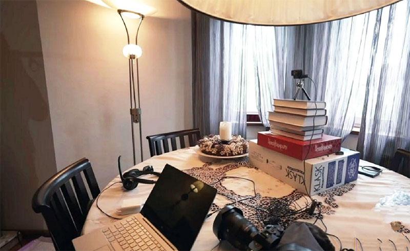 Освещает комнату огромный светильник с тканевым абажуром и небольшой торшер