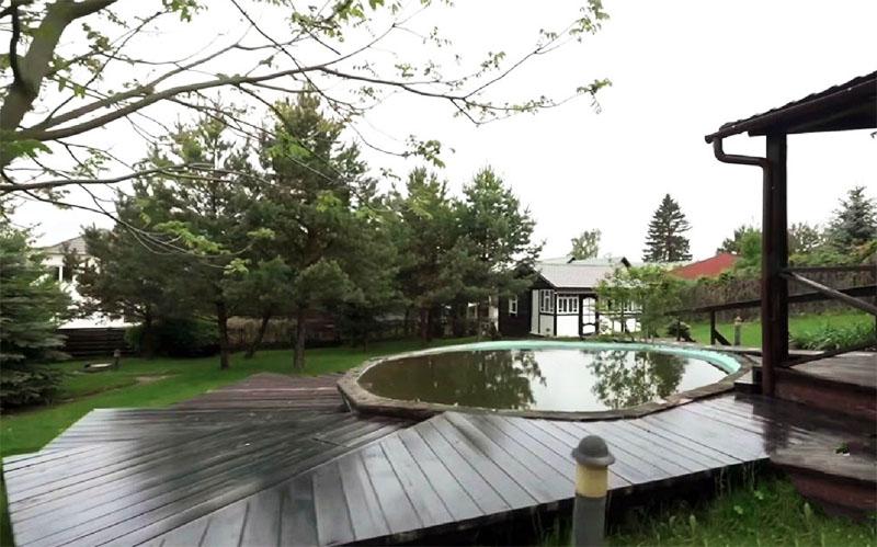 На заднем дворике спортивный комментатор построил большую террасу и установил бассейн
